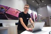 Yannick Wey an seinem Arbeitsplatz bei der Data Quest AG. (Bild: Dominik Wunderli)