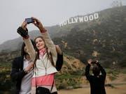 Der 13 Meter hohe «Hollywood»-Schriftzug in den Hügeln oberhalb von Los Angeles ist ein beliebtes Fotosujet bei Touristen. (Bild: KEYSTONE/AP/JAE C. HONG)