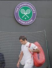 Bitterer Abgang für Roger Federer. (Bild: Ben Curtis/Keystone (Wimbledon, 11. Juli 2018))