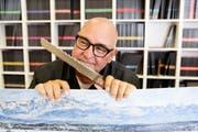 Andy Hostettler hält ein echtes Panorama Knife in der Hand. (Bild: Donato Caspari)