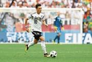 Mesut Özil wird vermehrt in Schutz genommen – dafür wird der deutsche Verband immer häufiger angeprangert. (Bild: Facundo Arrizabalaga/EPA)