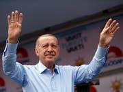 Weil die Finanzmärkte Angst haben, dass der türkische Präsident Recep Tayyip Erdogan die Autonomie der Notenbank beschneiden könnte, ist der Wert der Lira stark gesunken. (Bild: KEYSTONE/AP/LEFTERIS PITARAKIS)