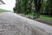 Die Parkplätze beim Spielplatz Wiesenrain wurden mit Kies zugeschüttet. Entstehen soll dort eine Wildblumenwiese. (Bild: Susi Miara)