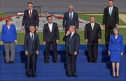 Donald Trump inszeniert sich selbst beim Gruppenfoto. Was er wohl Angela Merkel zuruft? (Bild: Christian Bruna/EPA (Brüssel, 12. Juli 2018)