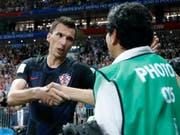 Erhielt von Kroatiens Torschütze Mario Mandzukic persönlich eine Entschuldigung dafür, dass er mitten in die Jubelszenen geriet: der AFP-Fotograf Yuri Cortez (Bild: KEYSTONE/AP/FRANK AUGSTEIN)