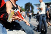Jugendliche trinken Alkohol. (Symbolbild: Boris Bürgisser, Luzern, 3. September 2010)