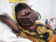Ein sechsjähriges somalisches Mädchen schreit während der Beschneidung seiner Genitalien. Gehalten wird es von seiner 18-jährigen Schwester, damit es sich der peinigenden Prozedur nicht entziehen kann. (Bild: KEYSTONE/AP NY/JEAN-MARC BOUJU)