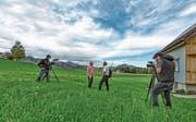 Der Natur, der Landschaft und dem Fernsehmachen widmet sich Victor Rohner (Mitte) akribisch. (Bild: Corinne Kunz)