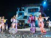 Disco-Groove am Thunersee: Die Thunerseespiele zeigen bis Ende August eine berndeutsche Fassung des ABBA-Musicals «Mamma Mia» - bunt, schrill, nostalgisch und mit Ohrwürmen reich befrachtet. (Bild: Keystone/PATRICK HUERLIMANN)