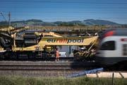 Während der Arbeiten bleibt ein Gleis befahrbar. Wenn ein Zug anrollt, werden die Arbeiter von Sirenen gewarnt. (Bild: Benjamin Manser)