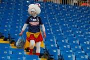 Ein japanischer Fan beim Aufräumen im Stadion. (Bild: Keystone)