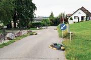 Seit Anfang Mai stehen auf dem Braunauer Kirchensteig Inseln zur Verkehrsberuhigung. (Bild: Roman Scherrer)
