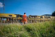 Tag und Nacht sind die Arbeiter während den kommenden Wochen mit dem Gleisbau beschäftigt. (Bild: Benjamin Manser)