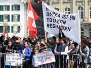 Eritreische Flüchtlinge demonstrierten im Mai in Bern und und reichten eine Petition für eine humanitäre Flüchtlingspolitik ein. (Bild: KEYSTONE/PETER SCHNEIDER)