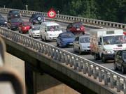 Arbeiten auf Autobahnen sollen dank des neuen Baustoffs UHFB weniger lang dauern und den Verkehr weniger behindern. (Bild: KEYSTONE/FABRICE COFFRINI)