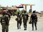 Syrische Soldaten im Umland von Daraa. (Bild: Keystone/EPA/YOUSSEF BADAWI)