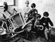 Kinder um 1968 in einem der neuen «Kinderläden»; Kindergärten, wo sie sich selber organisieren mussten. (Bild: Harald Schumacher/Keystone)