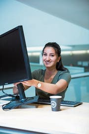 Als eine von nur vier Frauen hat Neela Kazi (19) die Informatik-Berufsschule besucht.