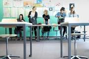 An der Debatte darüber, wie viele der Jugendlichen in der Schweiz an den Mittelschulen die Maturität erreichen sollen, scheiden sich unter Bildungspolitikern und Wissenschaftern die Geister. (Bild: Gaetan Bally/Keystone, Glarus, 17. Mai 2018)