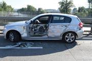 Das Unfallauto auf der Kantonsstrasse in Buchrain. (Bild: Luzerner Polizei)
