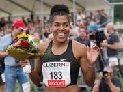 Mujinga Kambundji hat gut lachen: Schweizer Rekord in 10,95 Sekunden (Bild: KEYSTONE/URS FLUEELER)