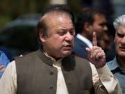 Pakistans Ex-Premierminister Nawaz Sharif ist bei seiner Ankunft am Freitag in Pakistan aufgrund von Korruptionsvorwürfen festgenommen und in Untersuchungshaft gesteckt worden. (Bild: KEYSTONE/AP/B.K. BANGASH)