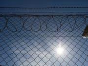 In Zürcher Untersuchungsgefängnissen sollen Inhaftierte künftig mehr Zeit ausserhalb der Zelle verbringen können. (Bild: KEYSTONE/GAETAN BALLY)