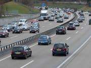 Wird bei grossem Fahrzeugaufkommen die zulässige Höchstgeschwindigkeit reduziert, verflüssigt sich der Verkehr. (Bild: KEYSTONE/MARCEL BIERI)