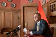 Ilhan Saygili, Botschafter der Türkischen Republik, spricht in der Botschaftsresidenz in Bern. Aus Anlass des Jahrestages des Putschversuches vom 15. Juli 2015 findet heute eine Medienorientierung statt. (Keystone/Patrick Huerlimann)