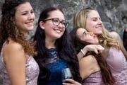 Lächeln für das Erinnerungsfoto: Die Erleichterung und Freude über den Abschluss ist diesen Absolventinnen ins Gesicht geschrieben. Bild: Philipp Schmidli (Schwyz, 28. Juni 2018)