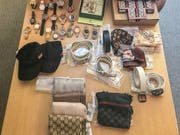 Die Kantonspolizei Zürich hat mehrere Dutzend gefälschte Uhren, Lederwaren und Schmuck sichergestellt. (Bild: Kantonspolizei Zürich)