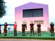 Der siebenköpfige Feuerwehrchor unternimmt nichts gegen die Brandstifter. (Bild: See-Burgtheater/Mario Gaccioli)