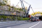Am späten Nachmittag beginnt die Montage des 80 Meter langen Auslegers des Pneukrans.