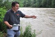 Ante Jularic, TGB-Bereichsleiter Wasserversorgung, blickt bei Niederbüren auf die Thur. Unweit des rechten Flussufers befinden sich zwei Grundwasserpumpwerke. (Bild: Cyrill Rüegger)