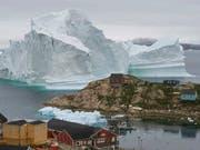 Der riesige Eisberg vor Innarsuit könnte kalben und die Flutwelle das Dorf mitreissen. (Bild: KEYSTONE/AP Ritzau Scanpix/KARL PETERSEN)