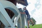 Clemens Weber testet sein Bühnen-Wasserrad. Es soll sich mittels Zauberkünsten und Strom während der Aufführung drehen. (Bild: Michael Hug)