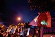 Der Finaleinzug zündete den Funken: Auf der Champs-Elysée feierten am letzten Dienstag Tausende französische Fans den Sieg über Belgien. (Bild: Anthony Ghnassia/Getty (Paris, 10. Juli 2018))