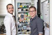 Die App von Marvin Walker (links) und Marc Bravin kann Kühlschrankinhalte erkennen. (Bild: Manuela Jans-Koch (Horw, 12. Juli 2018))