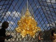 Spektakulär: Kohei Nawas Skulptur «Thron» unter der Pyramide des Louvre. Sie ist Teil der über ganz Paris verteilten Japan-Hommage «Japonismes», mit welcher der 160. Geburtstag der diplomatischen Beziehungen zwischen Frankreich und Japan gefeiert werden. (Bild: Keystone/AP/THIBAULT CAMUS)