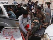 Nach einem Anschlag auf eine Wahlkampfveranstaltung in der pakistanischen Provinz Baluchistan werden Verletzte in ein Spital gebracht. (Bild: KEYSTONE/AP/ARSHAD BUTT)