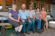 Das Älplerteam auf der Buggialp: (von links) Heidi, Werner und Sepp Furrer; die Angestellte Yvonne Steiger und die Lehrtochter Doris Beeler. (Bild: Christof Hirtler (Sisikon, 21. Juni 2018))