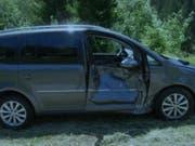 Von einem rollenden Stein getroffen wurde dieses Auto auf der Klausenstrasse im Kanton Uri. Die Beifahrerin wurde verletzt. (Bild: Kantonspolizei Uri)
