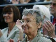 Die österreichische Kinderbuchautorin Christine Nöstlinger - hier 2003, als sie den «Nobelpreis für Kinderliteratur», den Astrid-Lindgren-Preis entgegennahm - ist tot. Sie wurde 81 Jahre alt. (Bild: Keystone/EPA PRESSENS BILD/HENRIK MONTGOMERY)