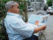 Zeitung lesen gehört für viele Menschen zum Alltag, wie hier bei Werner Grüninger aus Herisau. Für ihn ist unbestritten: «‹Die Appenzeller Zeitung› lese ich gerne.» (Bild: Astrid Zysset)