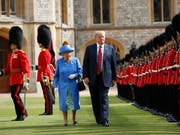Abschreiten der Ehrengarde: Königin Elizabeth II. mit US-Präsident Donald Trump vor Schloss Windsor. (Bild: KEYSTONE/AP/PABLO MARTINEZ MONSIVAIS)
