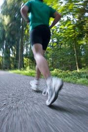 Vorsicht bei körperlicher Anstrengung bei grosser Hitze: Das Ozon macht dem Körper zu schaffen. (Bild Alessandro Della Bella/Keystone)