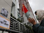 Mit einer Mahnwache vor dem Verbindungsbüro der chinesischen Regierung in Hongkon gedenken Aktivisten dem verstorbenen Menschenrechtler Liu Xiaobo. (Bild: KEYSTONE/AP/VINCENT YU)