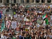 Massen gegen Trump auf der Strasse: Protestierende auf dem Trafalgar Square in London. (Bild: KEYSTONE/AP/TIM IRELAND)