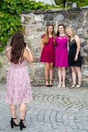 Gehören zu den rund 7500 Zentralschweizer Lehrabsolventen: vier junge Frauen an der Feier der kaufmännischen und Detailhandelsberufe im Mythen-Forum Schwyz. Bild: Philipp Schmidli (28. Juni 2018)