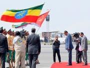 Der eritreische Präsident Isaias Afwerki (2.v.r.) wird in Äthiopien von seinem Amtskollegen Abiy Ahmad mit militärischen Ehren empfangen. (Bild: KEYSTONE/EPA/STRINGER)